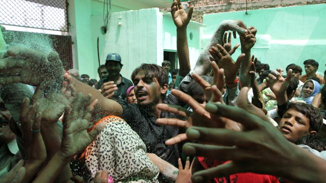 flood victims in pakistan fighting for food