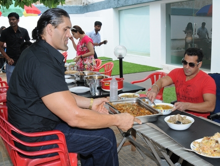 great khali with salman khan biog boss 4