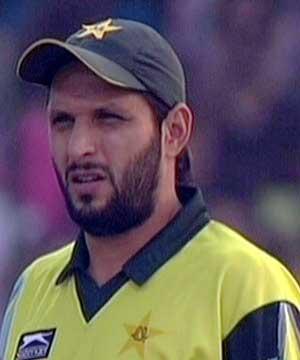 shahid afridi clarifies beating fans airport karachi