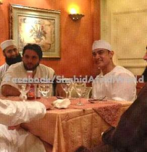 Picture Of Shahid Afridi With Amir Khan During Hajj