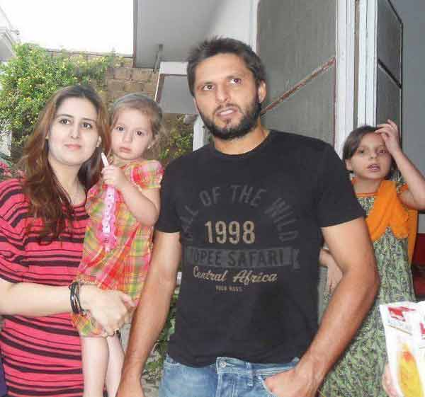 shahid afridi clarifies wrongly circulated his wife picture