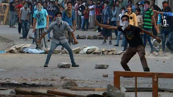 kashmiri-boys protest